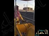 شاهد.. فكرة جديدة لبلدية بالقصيم تحمي عمال النظافة من حرارة الشمس
