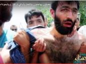 """بالفيديو.. قال إن معه """"حزام ناسف"""" فأشبعه المصلون ضرباً داخل المسجد"""