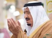 الملك سلمان يؤدي صلاة الميت على الأمير منصور بن فيصل بن سعود بن عبدالرحمن