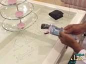 بالفيديو.. كويتي يلف سيجارته بالدنانير ويشعل مواقع التواصل