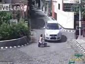 بالفيديو.. طفلة تنجو بأعجوبة بعد أن مرت سيارة من فوقها !!