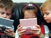 """دراسة: استخدام الأطفال المفرط للهاتف الذكي قد يسبب """"الحوَل"""""""