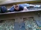 مقطع مٌرعب لشاب احمق ينام تحت عجلات القطار.. وثانية واحدة فصلته عن الموت سحقاً