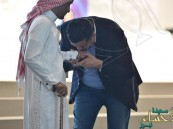 شاهد.. ملازم استشهد أخوه فأصر أن يكون مكانه بالحدود .. وإعلامي بحريني يقبل يده