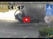 شاهد بالفيديو .. نجاة شخصين بأعجوبة بعد سحق ناقلة أسمنت لسيارتهما !
