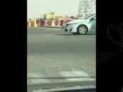 بالفيديو.. لهذا السبب قطع السائق الإشارة أمام دورية أمنية بالرياض !