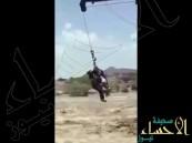 بالفيديو … أحد أفراد الدفاع المدني يخاطر بحياته وينقذ مقيماً جرفه السيل