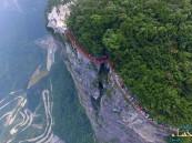 """الصين.. افتتاح ممر زجاجي """"مرعب"""" حول قمة جبل شاهق الارتفاع"""