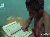 شاهد.. طفل سوري ملطخ بالدماء يقرأ القرآن وهو يبكي في انتظار القصف !