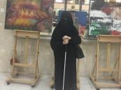 بالصور.. لن تصدق: رسامة سعودية كفيفة تتغلب على الظلام بـ ٢٧ لوحة !
