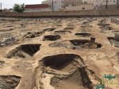 شاهد.. أكفان الموتى خارج القبور بسبب الأمطار في أبو عريش !!