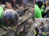 شاهد.. لحظة انتشال طفلة ظلت 17 ساعة تحت أنقاض زلزال إيطاليا