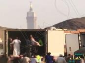 شاهد بالفيديو.. أسوأ طريقة لتوزيع الأضاحي بشوارع مكة !!