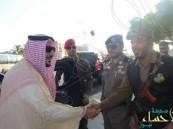 أمير القصيم يترجَّل من مركبته لتهنئة رجال الأمن باليوم الوطني