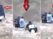 """بالفيديو.. قبل إعدامه بثوان رجل يخطف سلاح """"الدواعش"""" ويطلق عليهم النار!"""