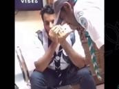 بالفيديو … امرأة تبكي فرحاً عند رؤية ابنها المفقود في الحج