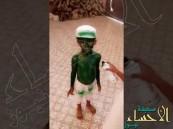 فيديو طريف.. براءة الطفولة طفل يصبغ اخر بالأخضر في احتفالات اليوم الوطني