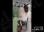 بالفيديو … سيدة إفريقية قدمت للسعوديّة وهي ترتدي الشماغ والعقال!