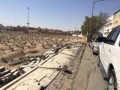 """بالفيديو و الصور .. سقوط جزء من سور """"مقبرة ام زرينيق"""" المتهالك وبقيته تنتظر الدور!"""