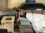 بالصور.. سيارته تنام بجواره في الغرفة خشية الإعصار !!