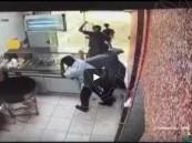 شاهد.. مراهقون يعتدون على «عامل مطعم» بوحشية…وكاميرا المراقبة ترصدهم