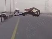 """""""المرور"""" يقبض على قائد الشاحنة المهمل على طريق الأحساء وقرار بإيقافه شهراً"""