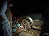 """بالصور…""""سبخة"""" تلتهم سيارة في الأحساء و""""فزعة"""" ينقذها بنصف كم من الحبال"""