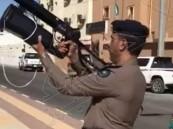 شاهد .. الدفاع المدني يستعد للسيول بجهاز جديد لإنقاذ العالقين فيها