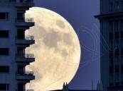 بالفيديو والصور.. القمر العملاق يزين سماء العالم لأول مرة منذ 68 عامًا