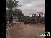 """بالفيديو.. تصريف مياه الأمطار باستخدام """"شيول"""" يثير تندر المعلقين"""