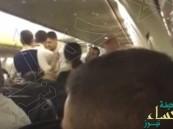 """شاهد.. شجار عنيف بين ركاب طائرة بـ""""اللكمات"""" يغير مسارها!!"""