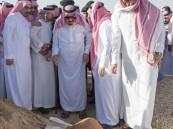 """بالصور.. """"الملك سلمان"""" يشارك في دفن الأمير تركي بن عبدالعزيز في مقبرة العود"""