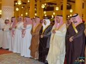 بالصور.. أمير #الرياض يؤدي صلاة الميت على والدة الأمير فيصل بن طلال بن عبدالعزيز