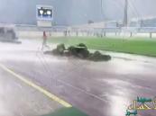 بالفيديو.. فرار جماعي للاعبي الجيل ونجران بسبب عاصفة ماطرة