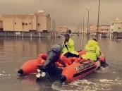 """بالفيديو والصور.. """"قوارب الإنقاذ"""" تواصل إخلاء المواطنين المحتجزين في""""نايفية"""" الأحساء"""