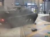 شاهد.. دبابة عسكرية تقتحم دبي مول وسط دهشة الزوار !!