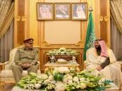 بالصور.. زيارة هامة لقائد الجيش الباكستاني لبحث سبل التعاون العسكري مع المملكة
