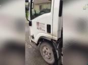 """شاهد بالفيديو.. كيف يتعامل عمال النظافة مع """"الخضار""""!؟..  والأمانة ترد"""