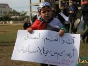 الحصار يجبر أهالي مخيم اليرموك على حرق ملابسهم وأثاث منازلهم للتدفئة!!