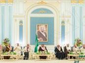بالصور .. خادم الحرمين يستقبل الأمراء ومفتي المملكة وجموعاً من المواطنين