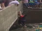 """بالفيديو.. مياه الأمطار تبتلع سيارة داخل نفق بجدة.. و """"حبل"""" ينقذ قائدها بأعجوبة!"""
