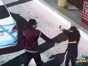 شاهد .. شاب يعتدي على عامل محطة وقود بضرب مبرح!