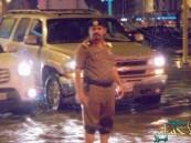 مصرع اللواء الحربي يعيد مشهد تنظيمه المرور وسط السيول إلى الصدارة