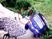 نجا بأعجوبة من شاحنته قبل سقوطها من حافة الوادي !!