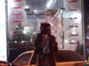 شاهد.. مواطن يطلب الشراء من محلات فول مقابل الصلاة على النبي ﷺ