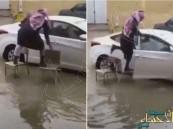 بالفيديو.. معلم يحتال لدخول سيارته وسط الأمطار بحفر الباطن