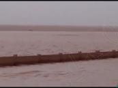 """شاهد.. مياه الأمطار """"تطمر"""" أحد مقابر """"رفحاء"""" وتغطيها بالكامل!!"""