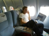 لماذا يُفضّل غلق الجوال على متن الطائرة؟!
