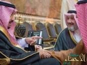 خالد بن طلال في تغريدة طريفة: استأذنتُ خادم الحرمين في تقبيل يده.. ولكن خِفتُ من الفغم!