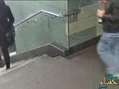 بالفيديو.. الكشف عن هوية اللئيم راكل المرأة على الدرج في ألمانيا